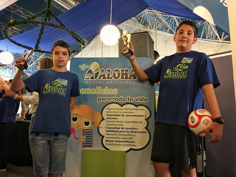 Yeray Moliner y Fernando Otal posan con sus trofeos en el parque de atracciones de Zaragoza.