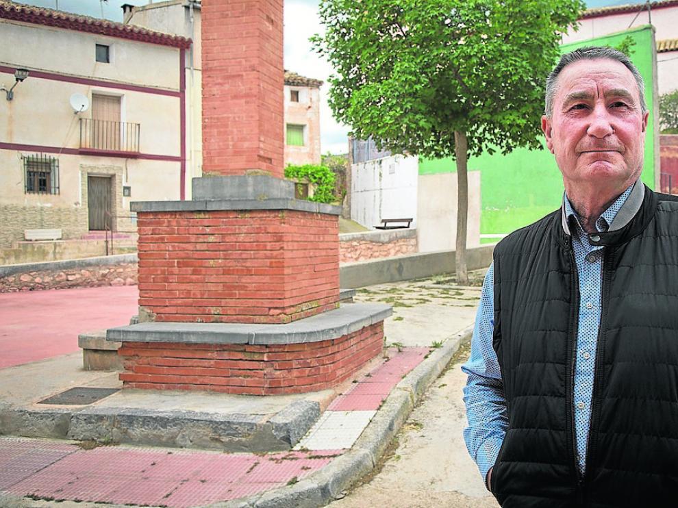 José María Morente, en la plaza de Contamina, un pequeño pueblo de la Comunidad de Calatayud.