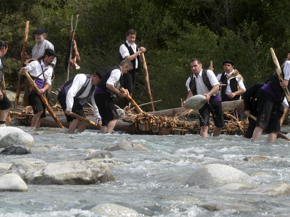 Los navateros tuvieron que retirar a mano un gran número de piedras del río para acercar las embarcaciones a la zona navegable.