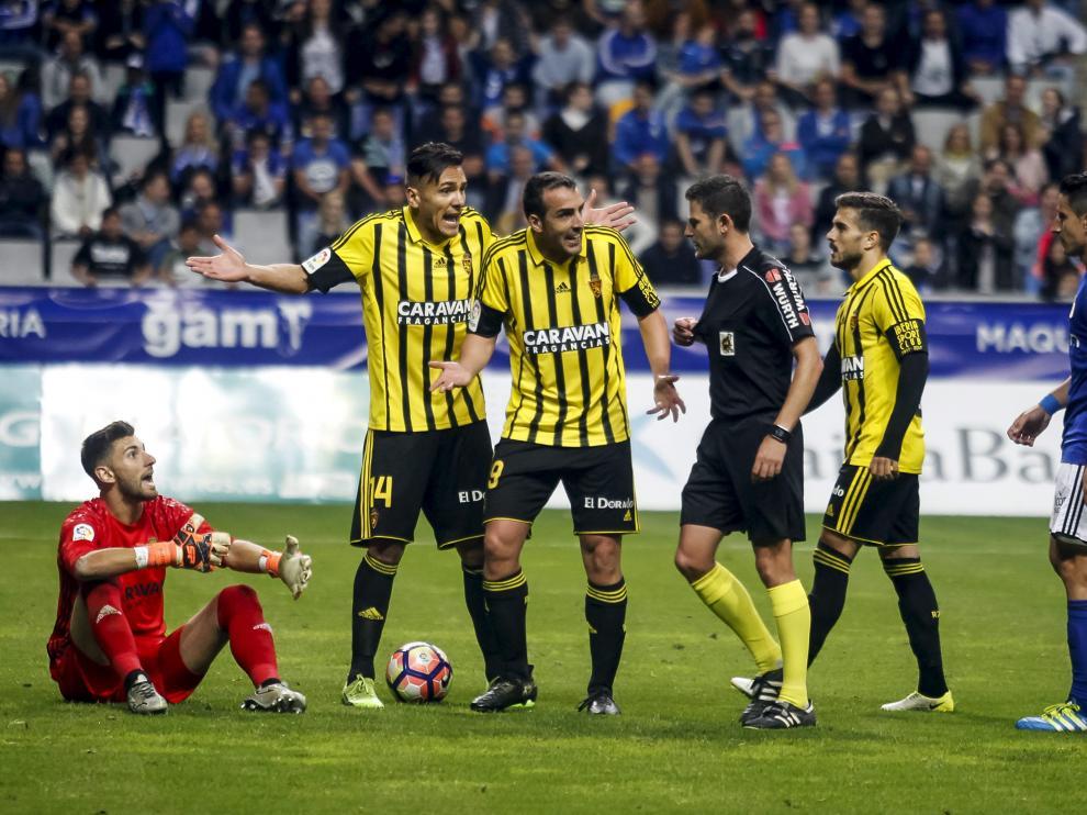 Momento en que el árbitro enseña la primera amarilla a Ratón.