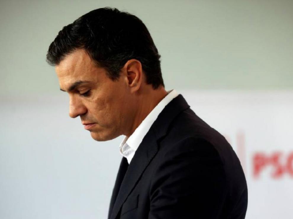 Pedro Sánchez een el momento de su dimisión en octubre y en un acto de campaña de las primarias.