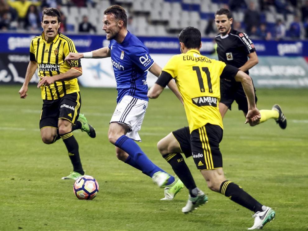 Zapater y Edu García, en la recta final del Oviedo-Real Zaragoza de este sábado, llegan a tapar una penetración en el área de Michu.