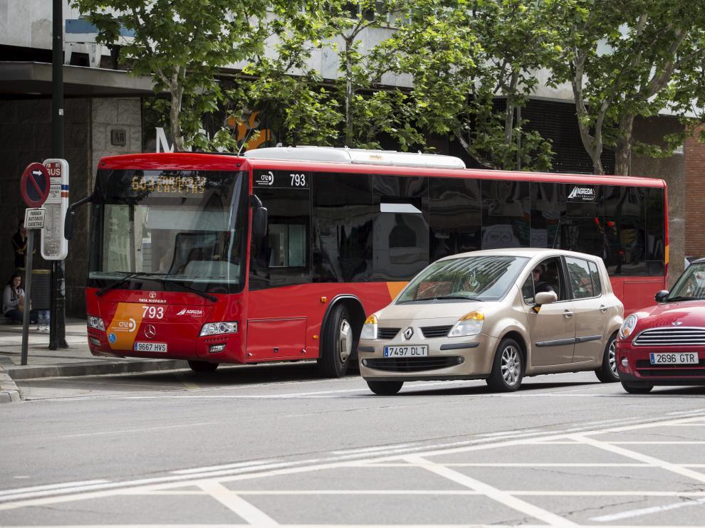 El bus que conecta Zaragoza con el barrio rural de Casetas, en el paseo María Agustín.