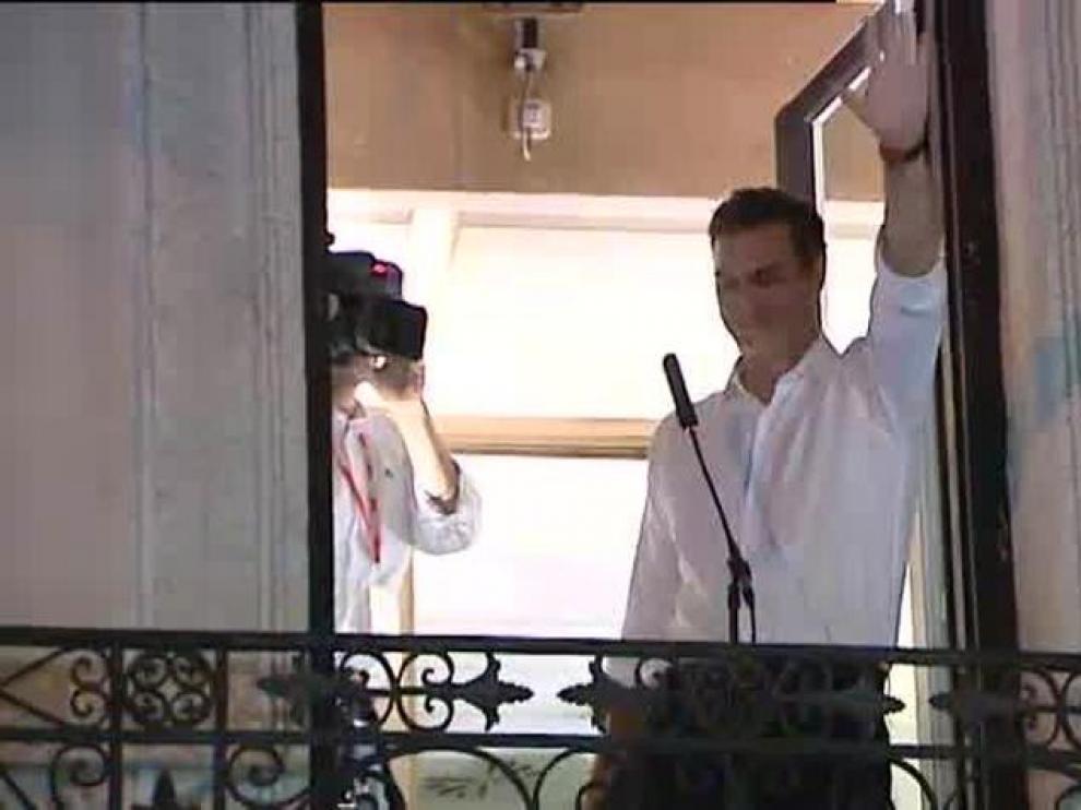 Pedro Sánchez en el balcón de Ferraz