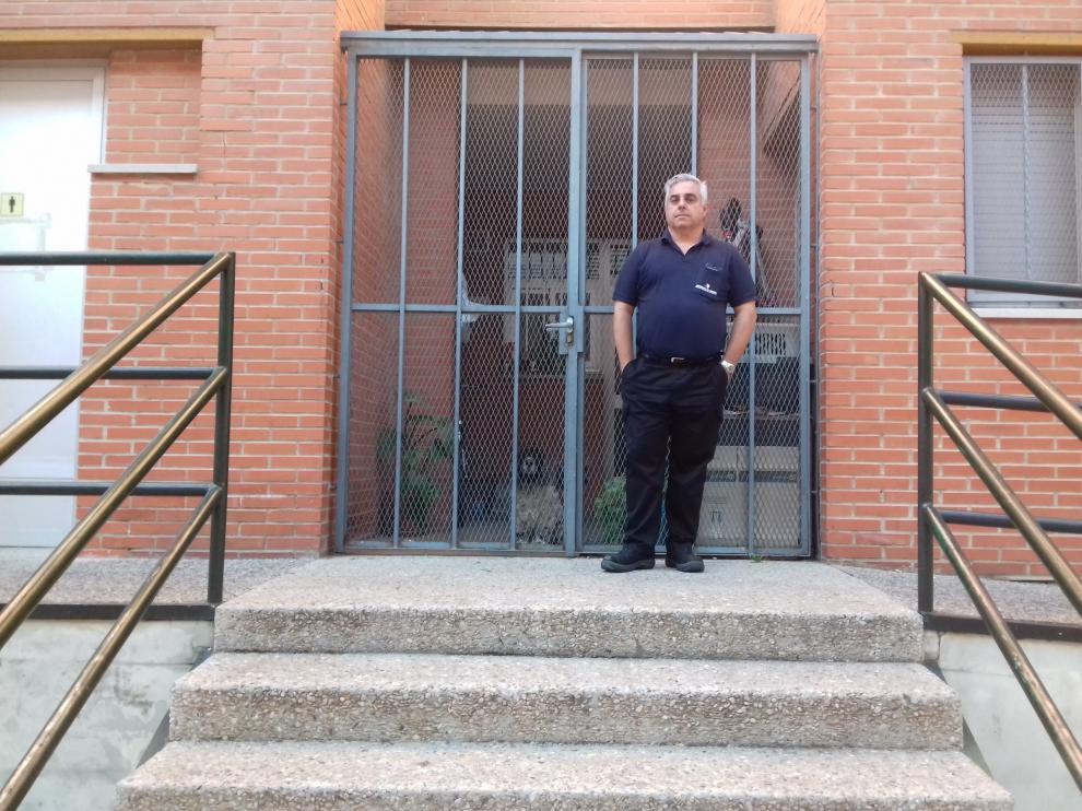 Enrique Capdevila, oficial de mantenimiento que vive en la casa del colegio Tomás Alvira.