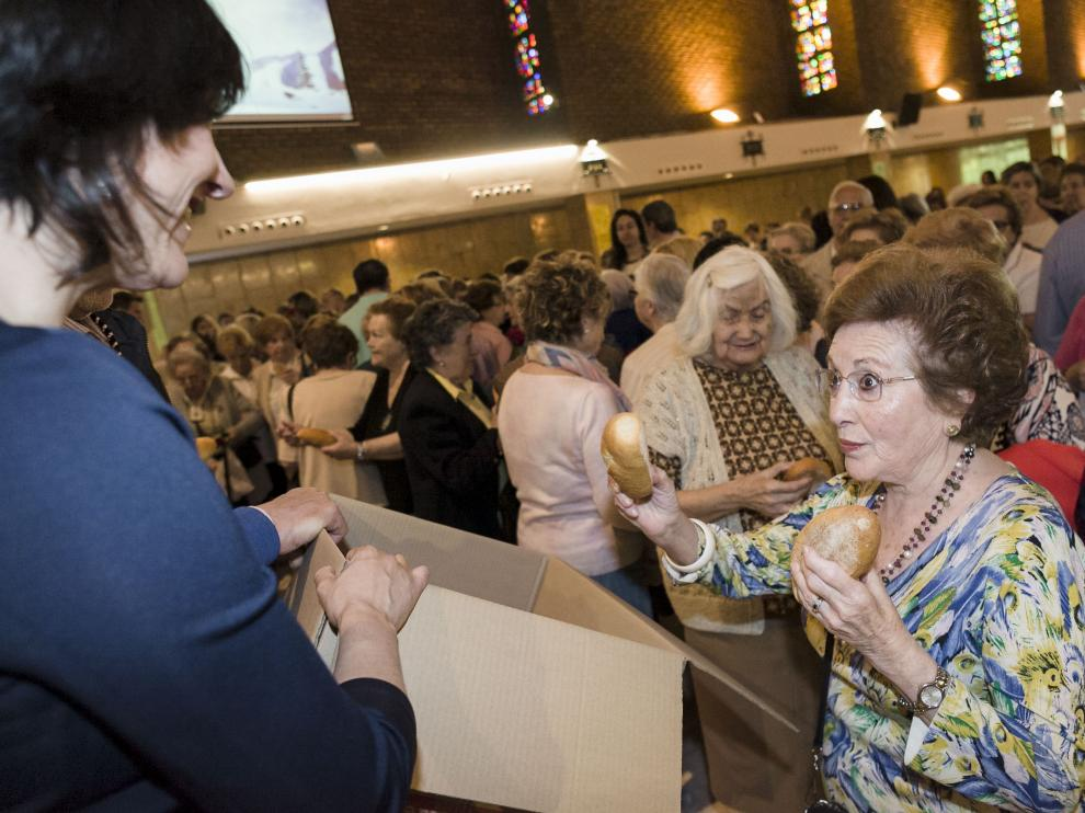 Al finalizar la misa los asistentes recibieron los panecillos que elaboró Tahona Goyesca.