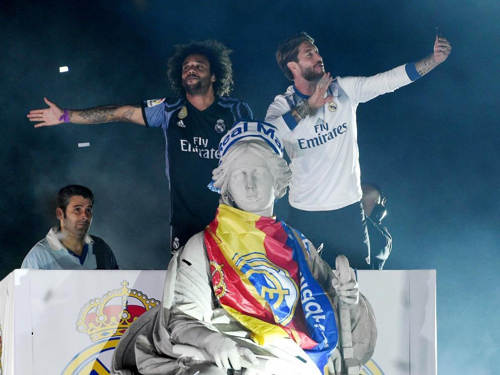 Los capitanes Sergio Ramos y Marcelo ataviaron a la diosa Cibeles con la bandera y la bufanda del club.
