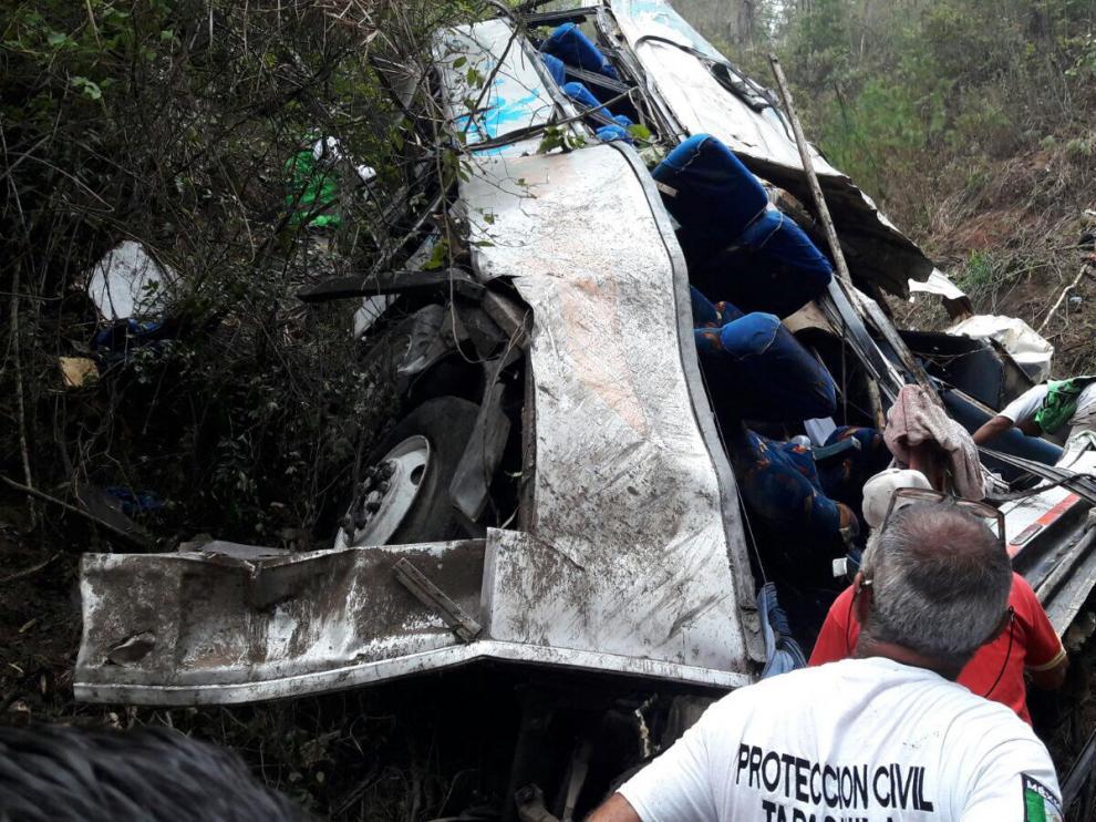 Mueren 17 personas tras caer un autobús por un barranco de 90 metros de profundidad en Chiapas.