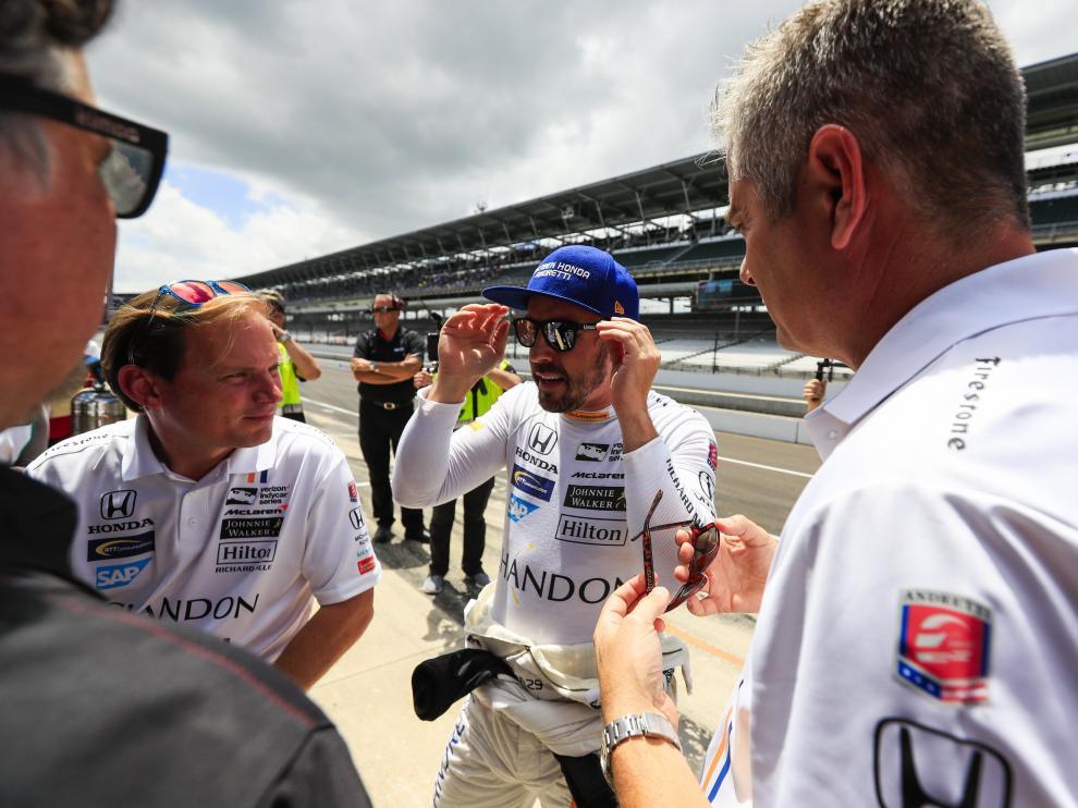 Fernando Alonso habla con miembros de su equipo en Indianápolis.