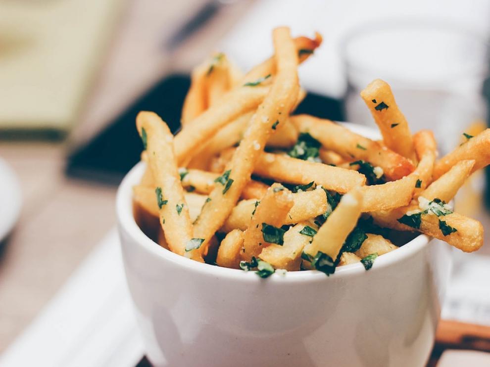 Lo bueno de las patatas fritas caseras es que prácticamente combinan con todo.