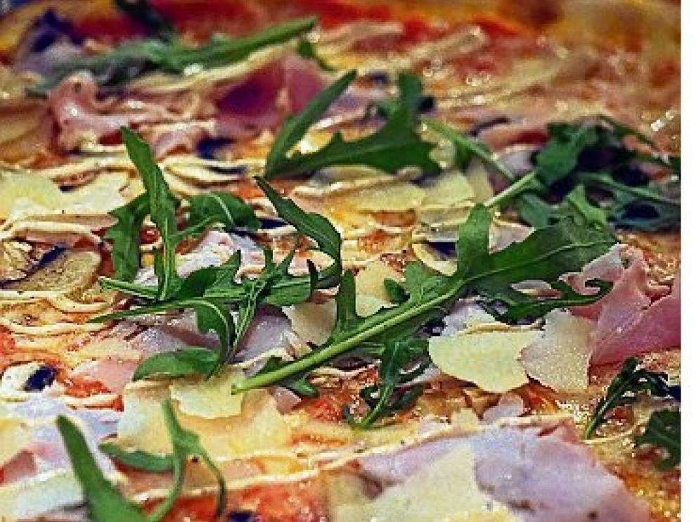 Pizza Porchetta, tataki de carne de La Finca y vino californiano Coppola.