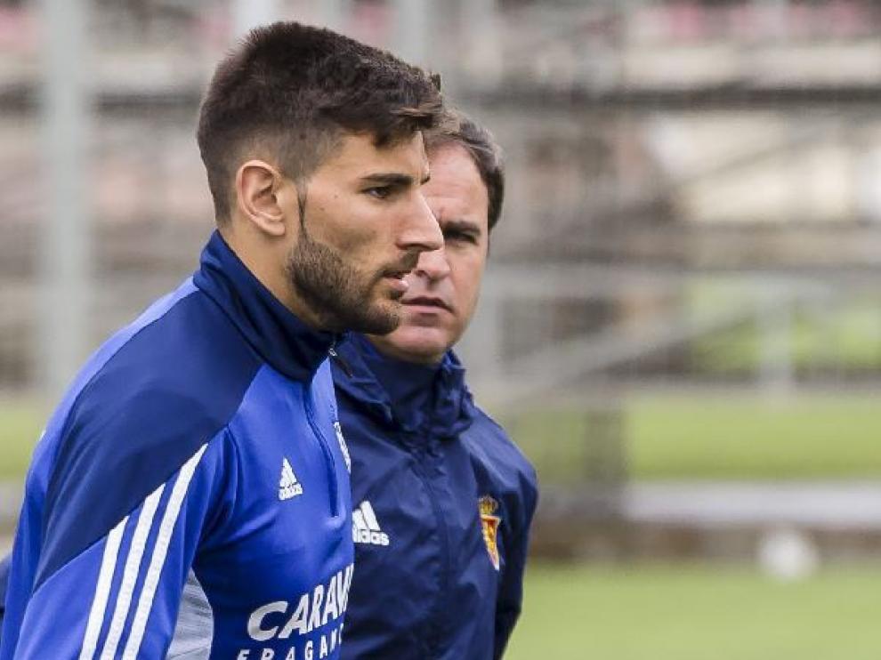 Álvaro Ratón charla con seriedad con Mikel Insausti, el preparador del porteros del Real Zaragoza, en el campo de entrenamiento de la Ciudad Deportiva.