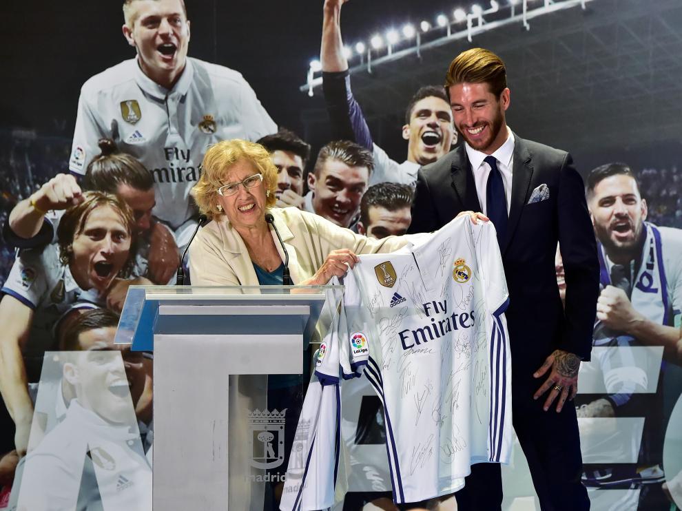 Manuela Carmena durante la celebración con el Real Madrid en el Ayuntamiento