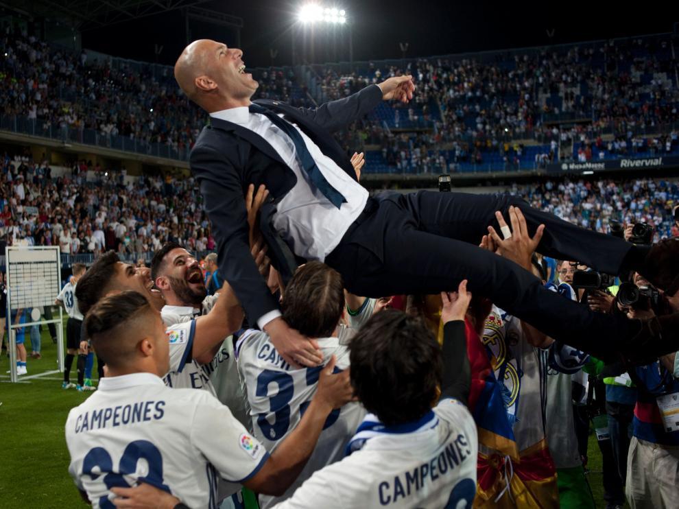Los jugadores del Madrid mantearon al entrenador tras el partido en Málaga.