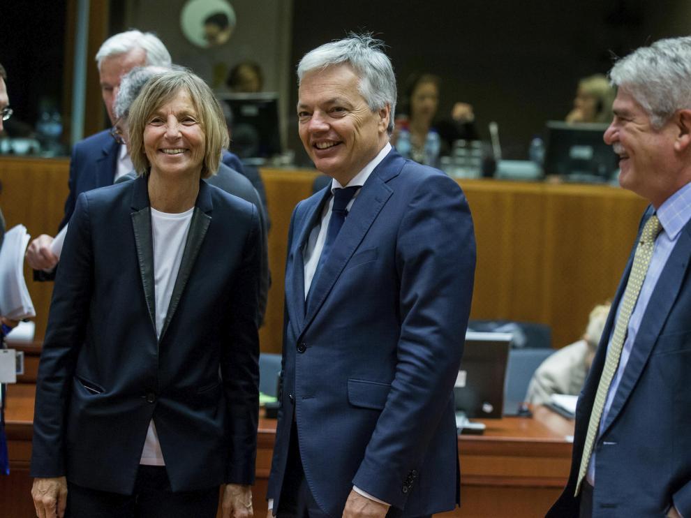 La ministra francesa de Asuntos Europeos, Marielle de Sarnez, el ministro de Exteriores belga, Didier Reynders, y su colega español Alfonso María Dastis, este lunes en Bruselas, donde asisten al Consejo Europeo.