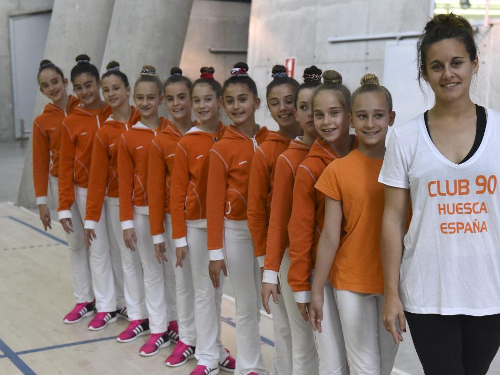 El grupo de jóvenes gimnastas, con su entrenadora María Herranz.