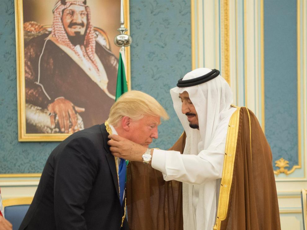 Trump recibe una condecoración del rey Salman, durante su visita a Riad.