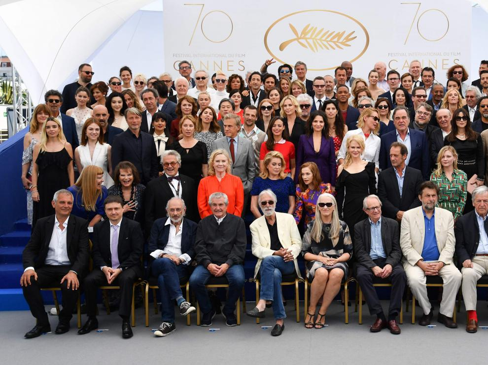 Decenas de profesionales del mundo del cine posan en una foto de familia.