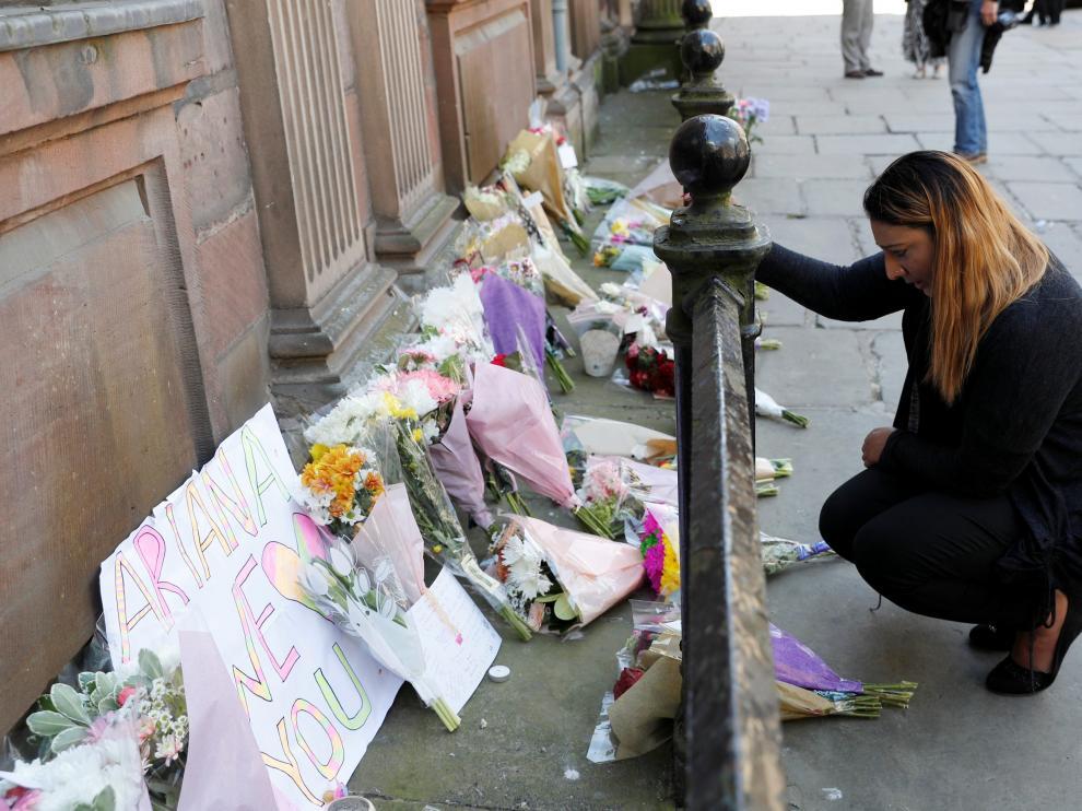Una niña de 8 años y joven de 18, primeras víctimas identificadas en Manchester.
