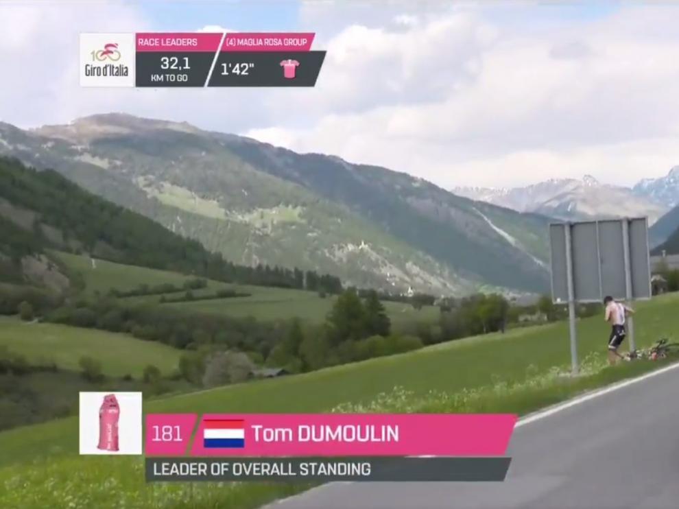 Momento en el que Dumoulin detiene su bicicleta para hacer sus necesidades en plena carrera.
