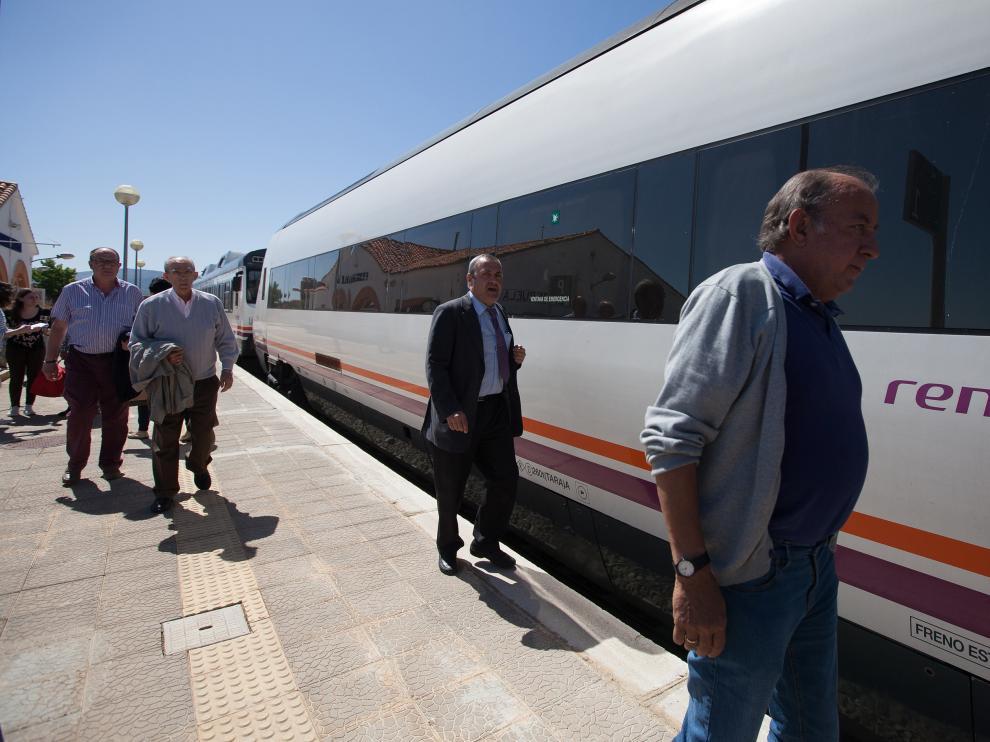 Viajeros del tren averiado, a su llegada a la estación de Ferreruela, donde pudieron pasar del tamagotchi al tren que los había remolcado, más cómodo.