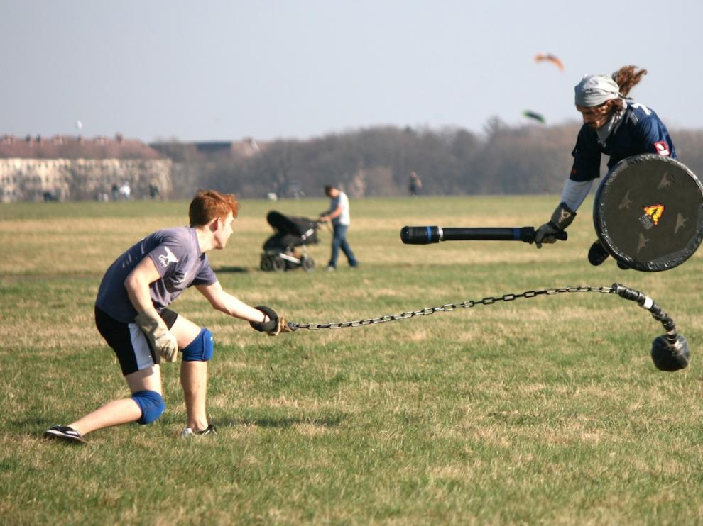 Dos jóvenes juegan a 'Jugger'. Al que va armado con una cadena se le denomina 'ketteman', al otro, 'pomfer'.