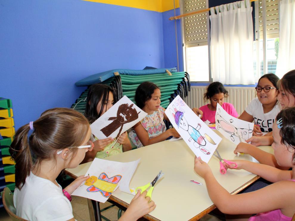 Cada año, más de 50 niños acuden a la ludoteca de verano.