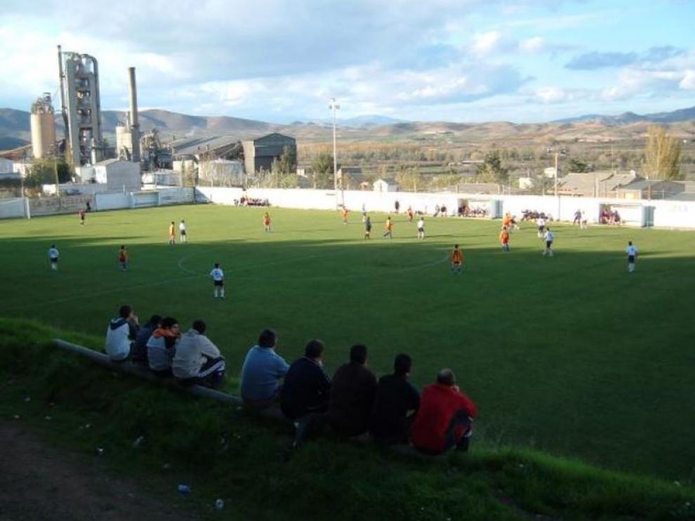 Vista del campo de La Dehesilla de Morata de Jalón, junto a la cementera de Cemex, donde el Real Zaragoza jugará el próximo partido de la peñas.