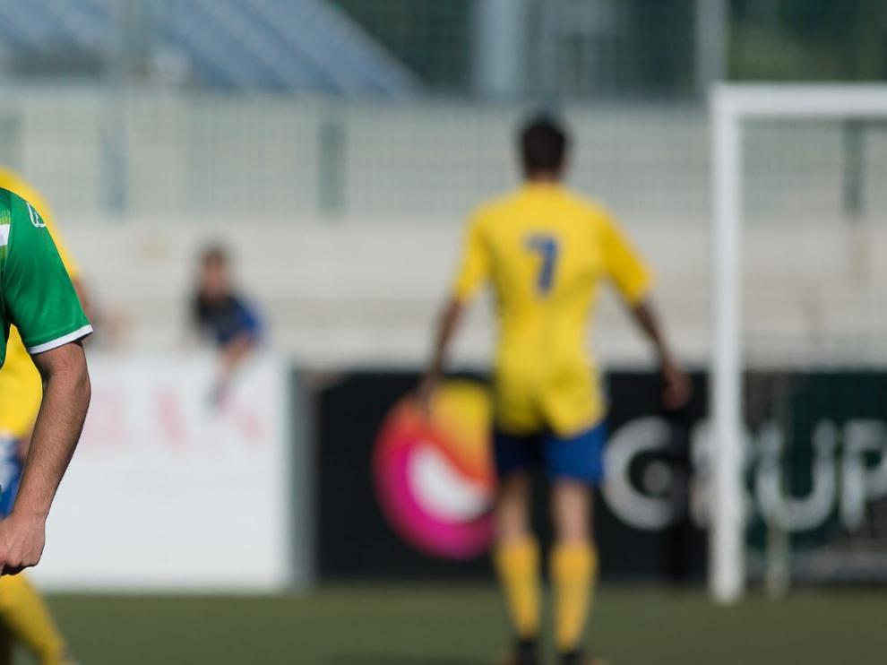 Imagen del partido Cuarte-Robres, de la Tercera División aragonesa, jugado en la recta final de la liga.