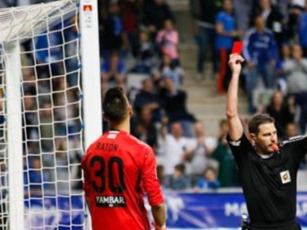 Momento en el que Figueroa expulsa a Ratón del campo del Oviedo.