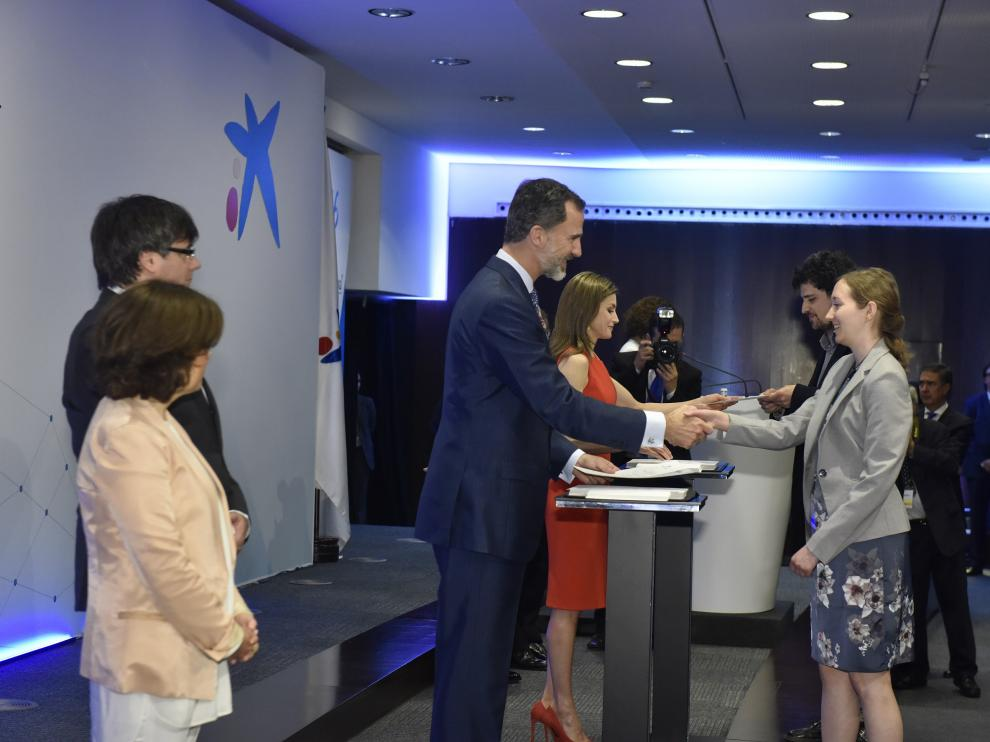 Laura Puértolas recibe de manos de Felipe VI  una beca para estudiar un posgrado en el extranjero.