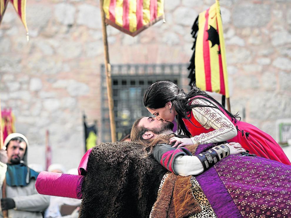 El gran momento de las Bodas de Isabel:_la joven besa a su amado, ya sin tiempo, ya sin vida, en la representación colectiva.