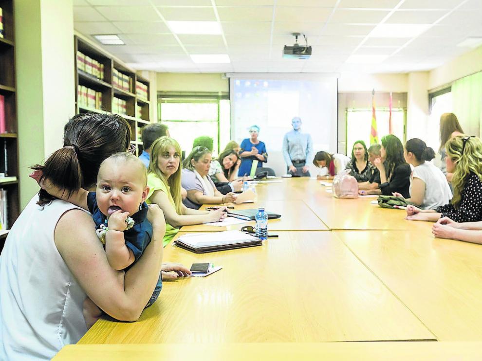 Algunas familias acudieron al sorteo en el servicio provincial de Educación de Zaragoza.