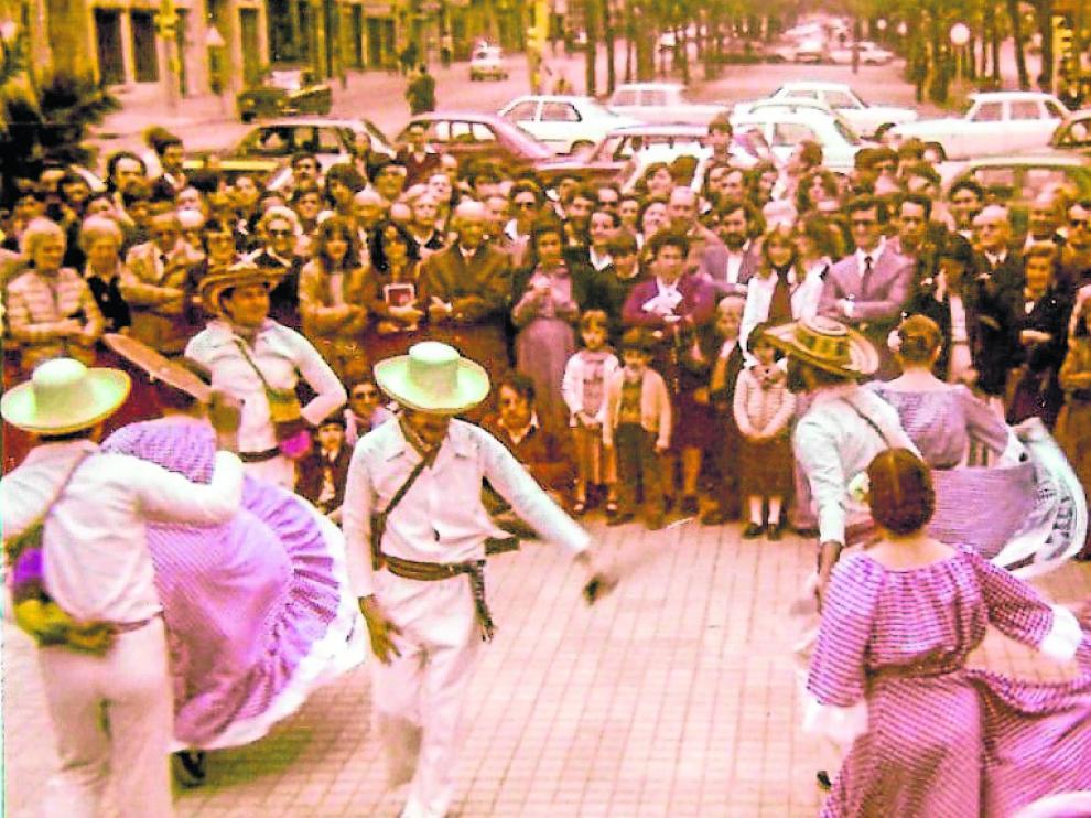 Trajes típicos, sombreros 'vueltiaos' y muestras de folclore en la Zaragoza de los 70.