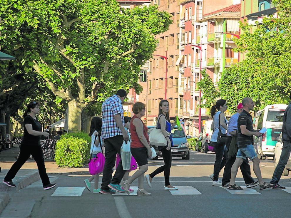 Un grupo de bilbilitanos cruzando un paso de cebra del centro de la ciudad.