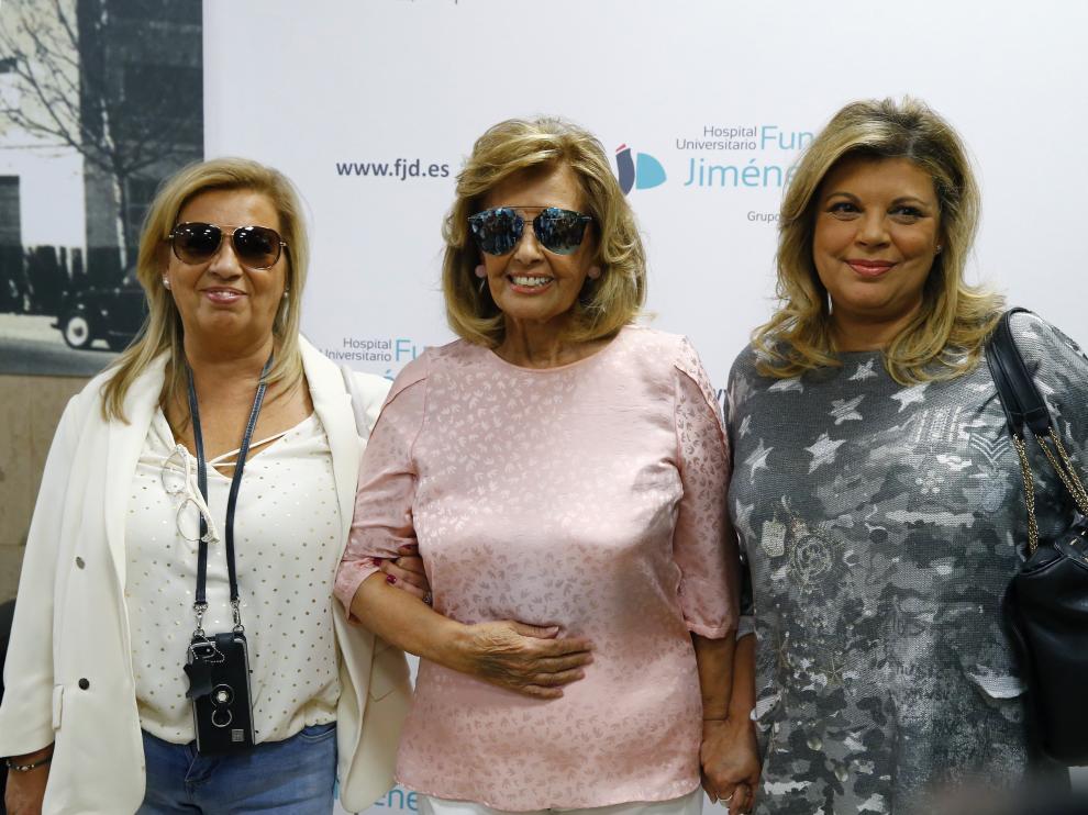 María Teresa acompañada de sus hijas a su salida de la Fundación Jiménez Díaz de Madrid, donde permanecía ingresada.