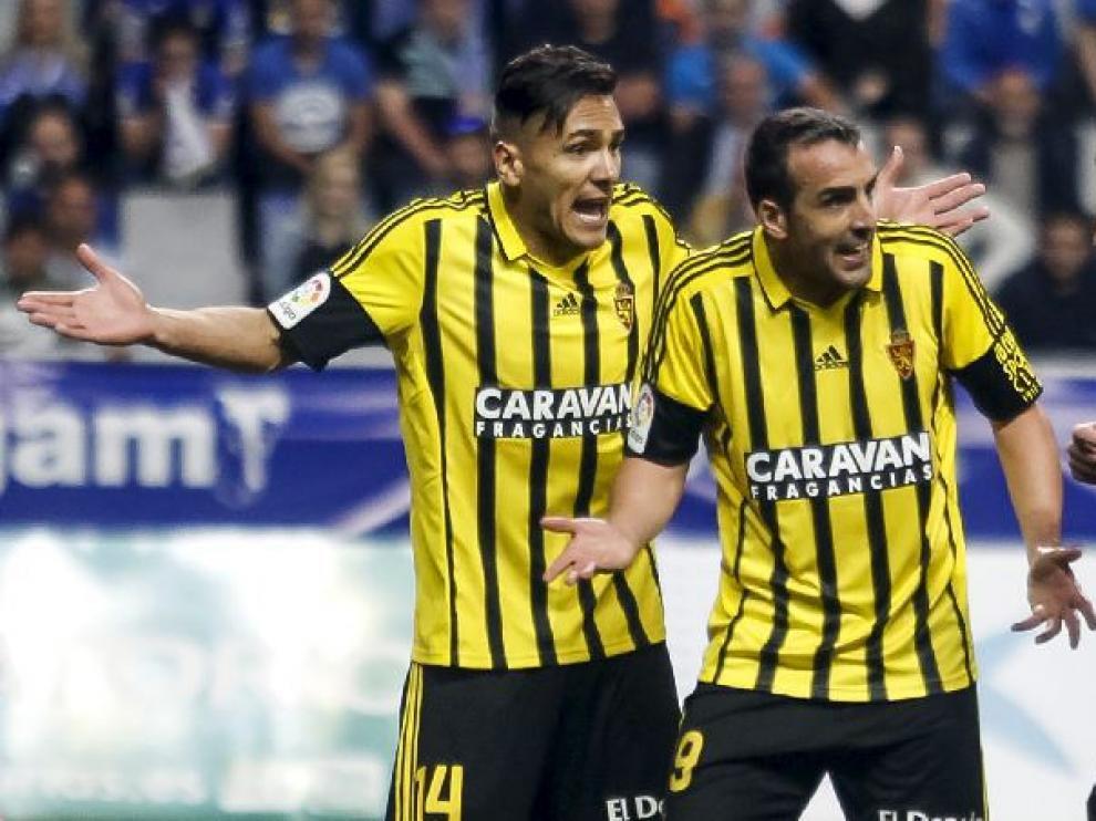 Marcelo Silva, junto a José Enrique, protesta al árbitro Figueroa Vázquez una decisión en el partido del pasado sábado en Oviedo.