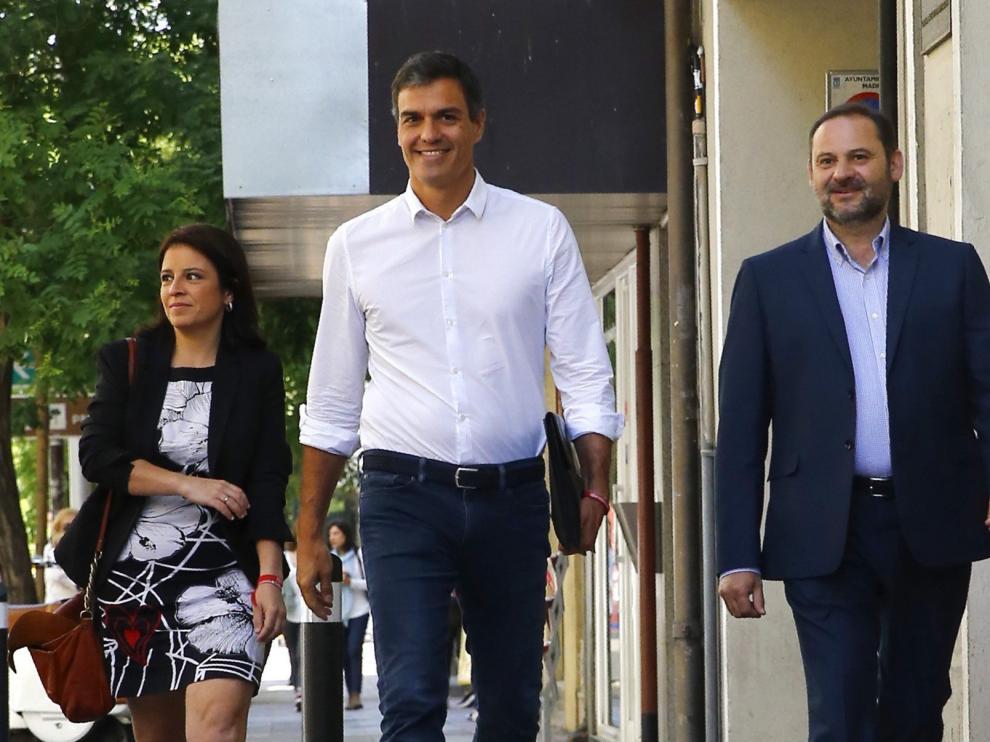 Pedro Sánchez junto a Adriana Lastra y José Luis Ábalos.