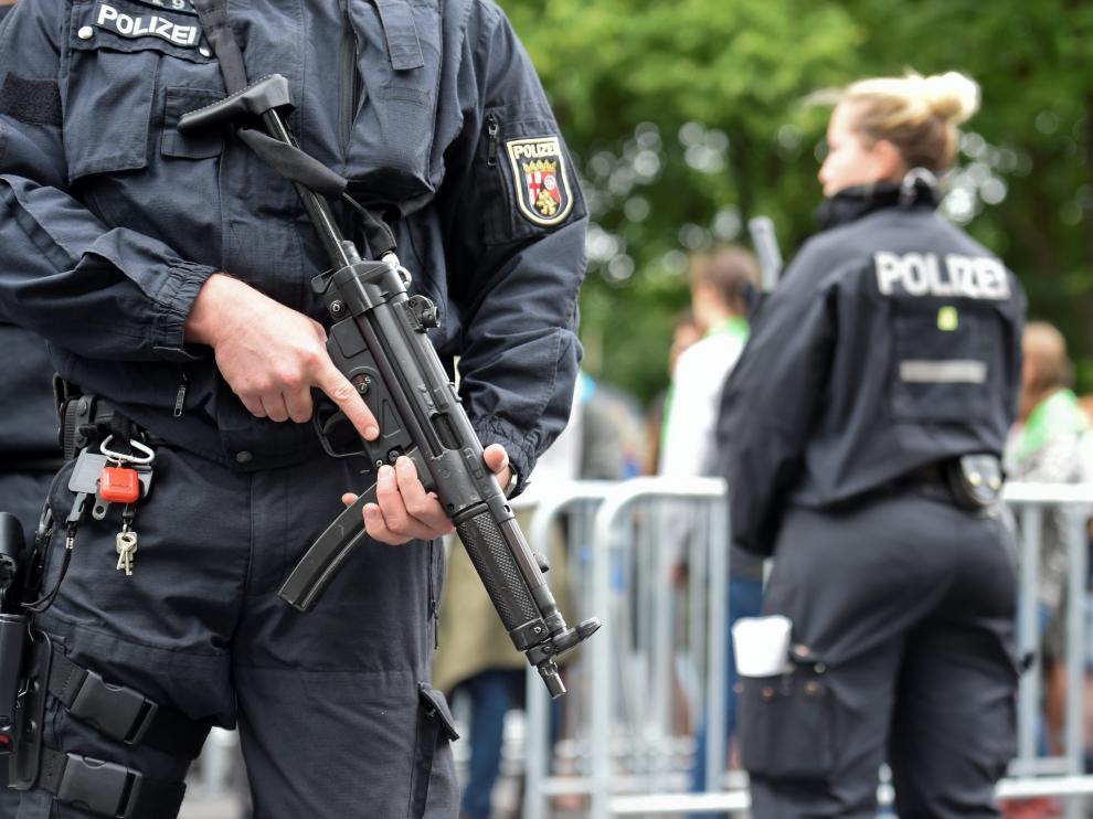 Policía alemana frente a la puerta de Brandeburgo.