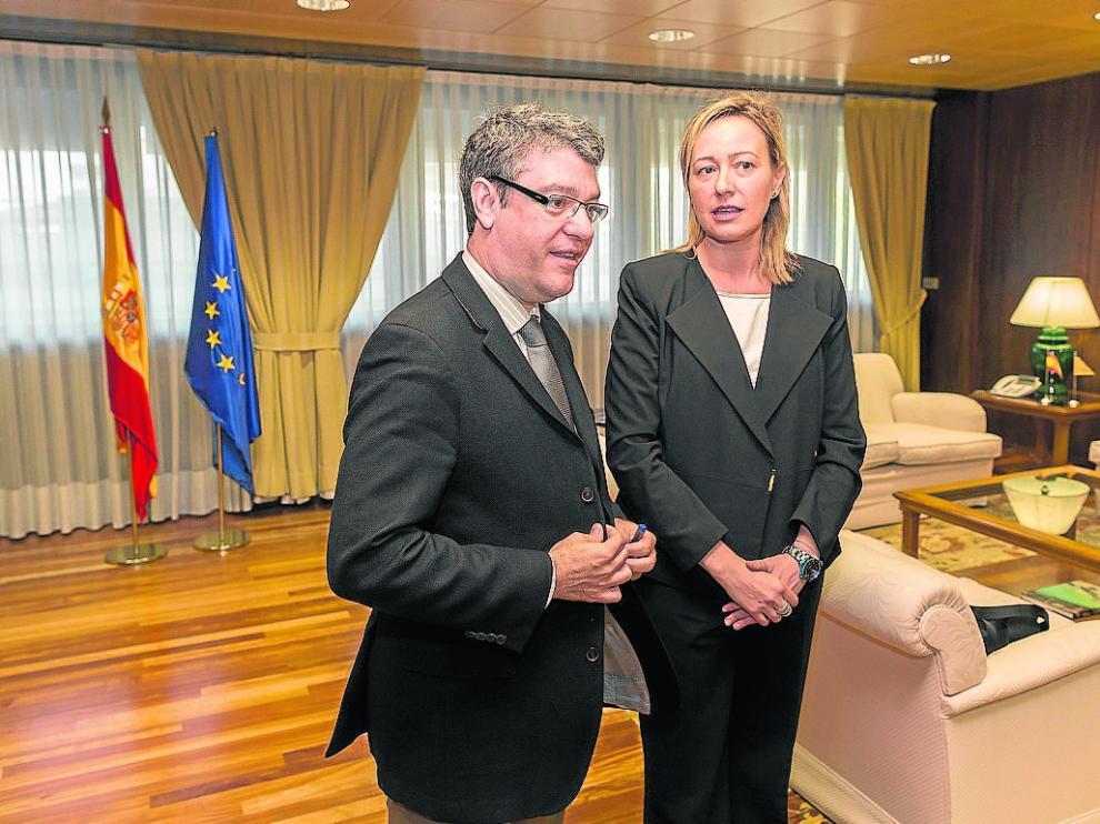 El ministro de Energía,Álvaro Nadal, y la consejera de Economía, Marta Gastón, ayer en Madrid.