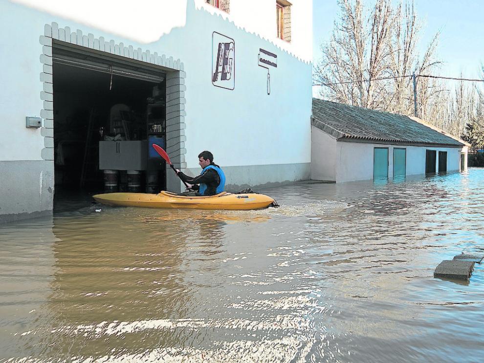 Imagen de archivo de un vecino de Novillas en enero de 2013 durante la crecida ordinaria.
