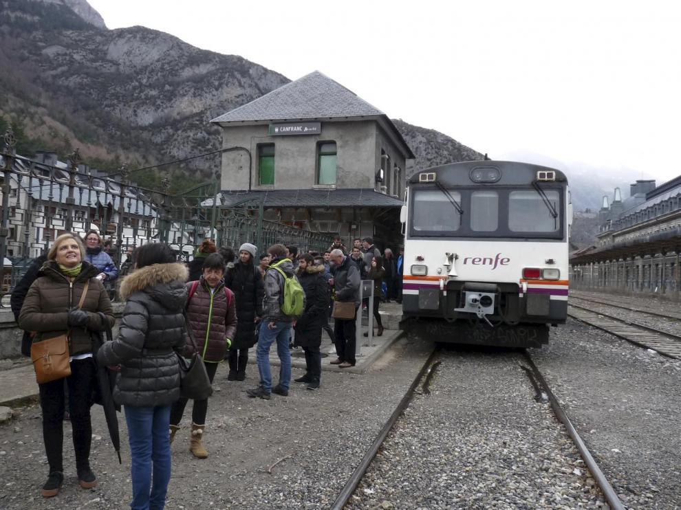 El canfranero, a su llegada a la estación de Canfranc.