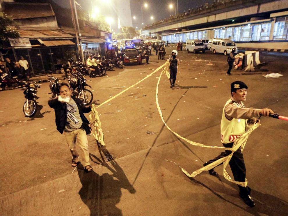 Policías indonesios acordonan la zona donde se han producido las explosiones, en la tarde de este miércoles en Yakarta.