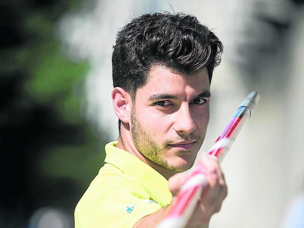 Héctor Aragüés posa con su jabalina en Independencia.
