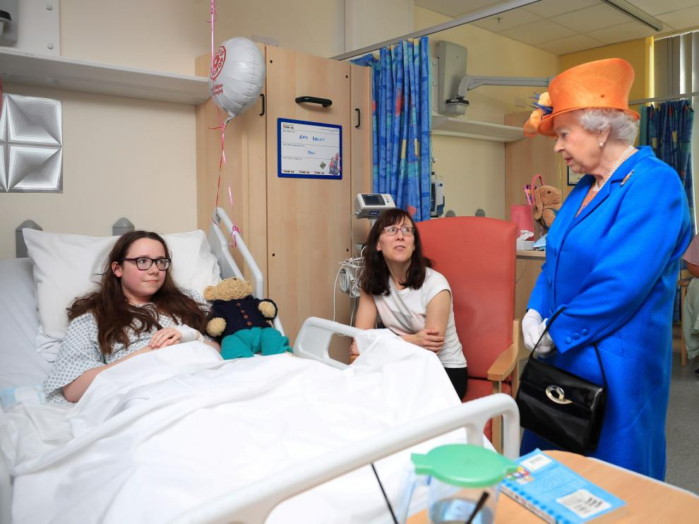 Isabel II visita a los menores heridos en el atentado de Mánchester, este jueves.