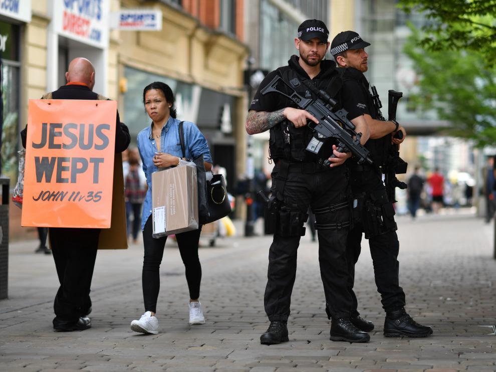 Policía armada en el centro de Mánchester.