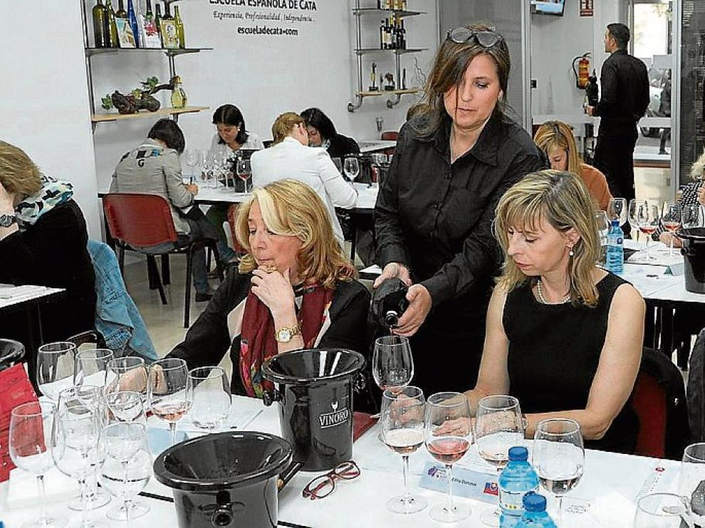 Momento de la cata del Concurso Vino y Mujer.