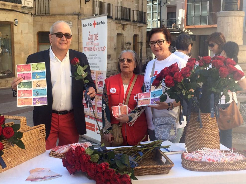 El presidente de Cruz Roja Soria, Modesto Fernández, en el puesto de venta de boletos y regalo de rosas en la plaza de El Rosel