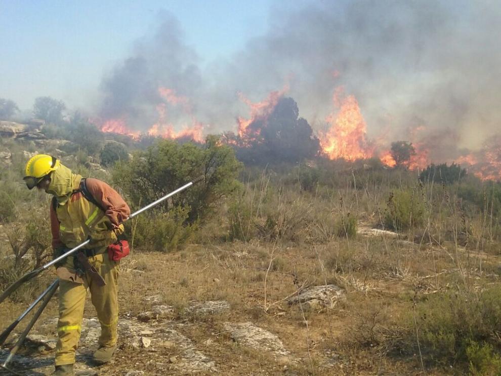 Cuadrillas forestales tratan de apagar el incendio entre Escatrón y Castelnou