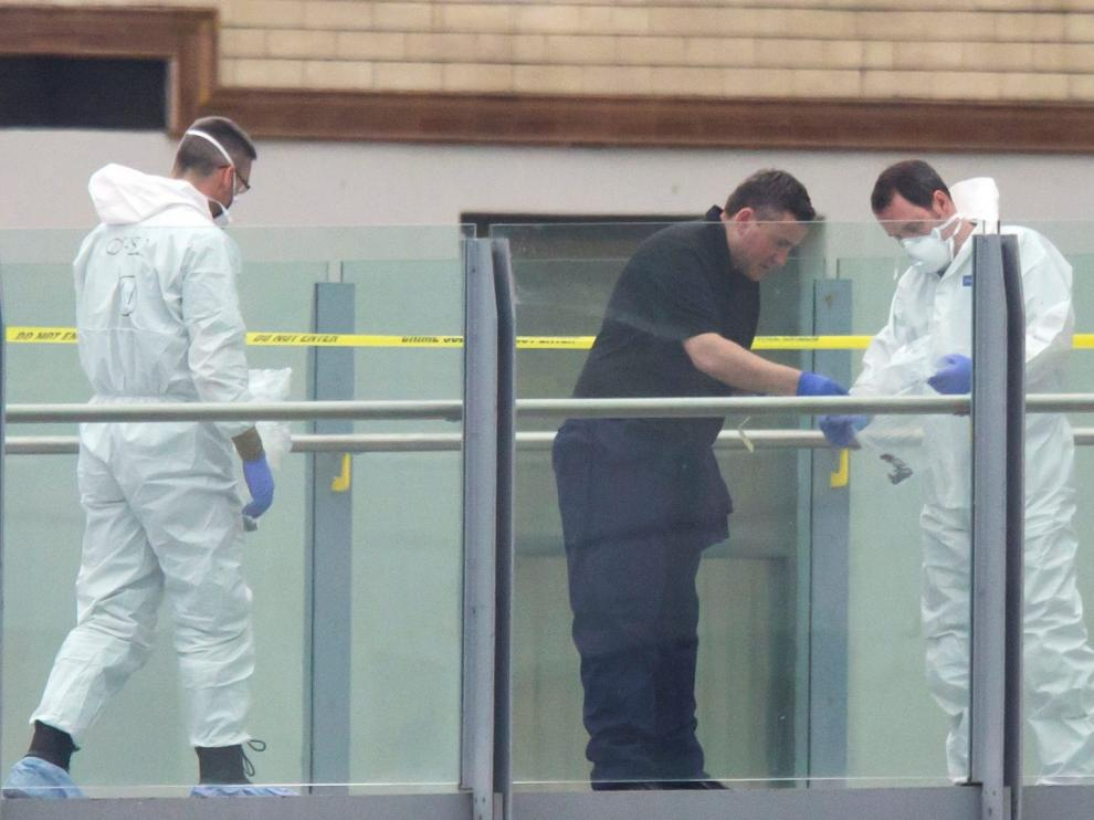 Los investigadores trabajan en las inmediaciones del Manchester Arena.